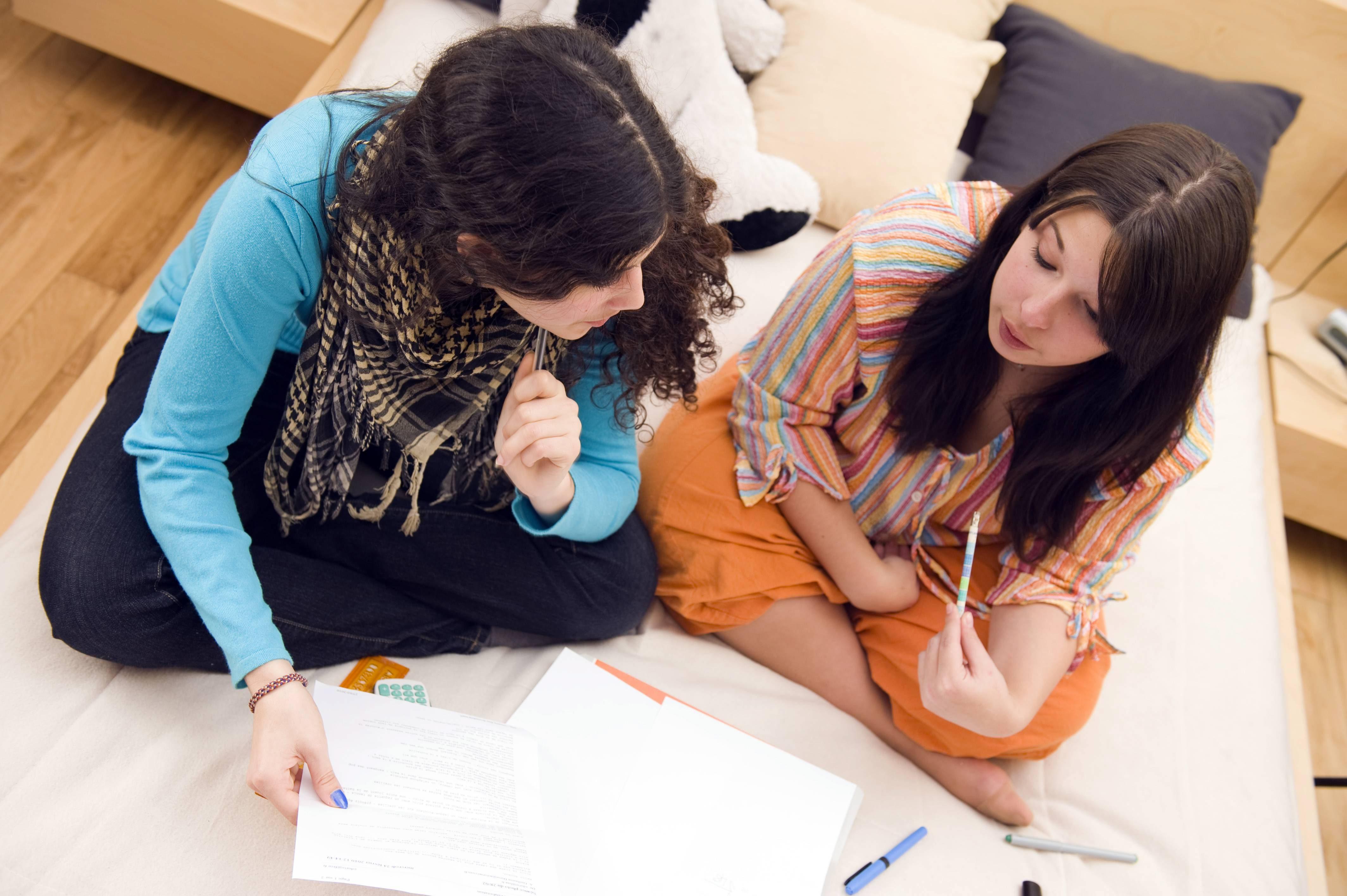 Deux lycéennes révisent leurs cours dans leur chambre d'internat